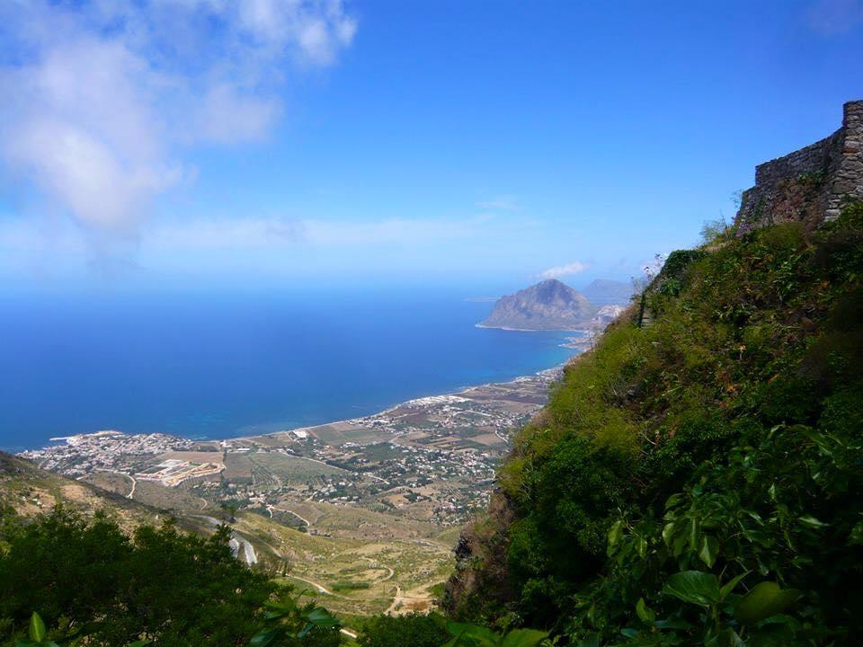 i monte Erice si erge sulla vista della costa Trapanese